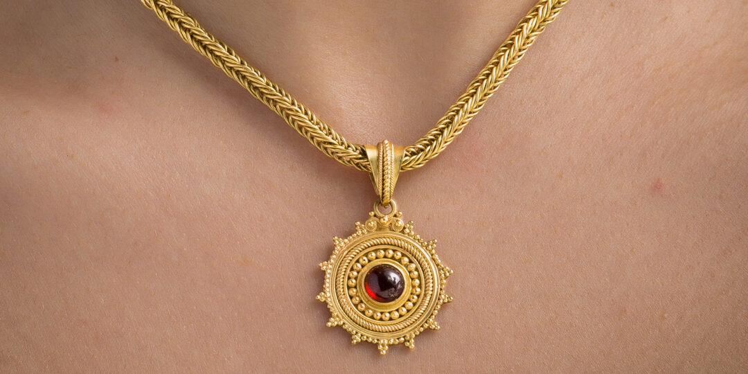 Oreficeria di lusso e artigianato toscano: collier in oro e granato